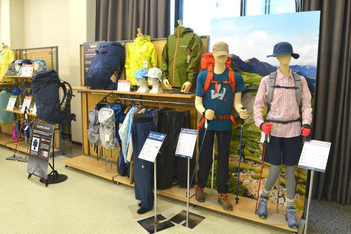モンベルの新商品展示会で展示されている商品