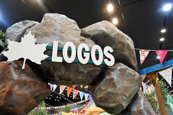 展示場入り口ゲートのLOGOSのロゴ