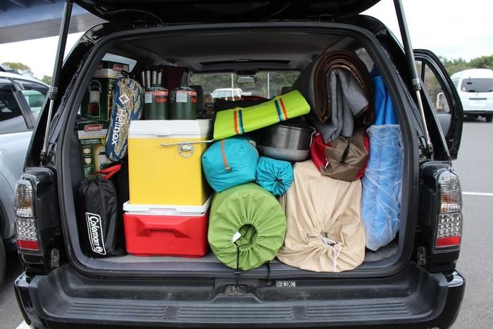 キャンプ用品でいっぱいの車のトランク