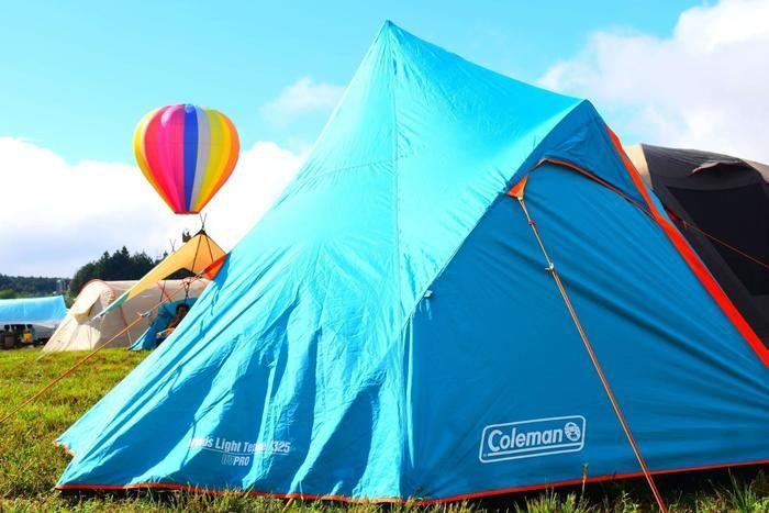 芝生の上に張られたコールマンのテント
