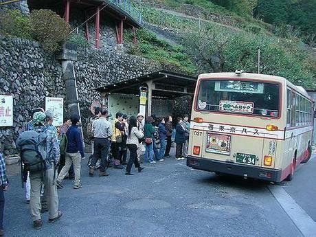 バス停に並ぶ人々
