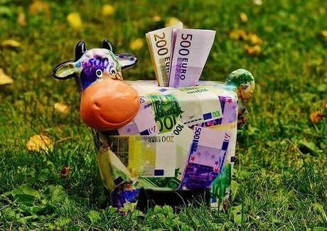 紙幣でデザインされた牛の置物