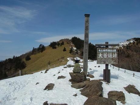 雪が少し残る大菩薩嶺の山頂