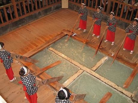 草津温泉の熱乃湯で湯もみをする女性