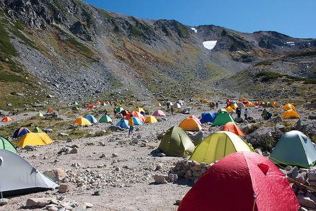 山間部にたてられたたくさんのカラフルなテント
