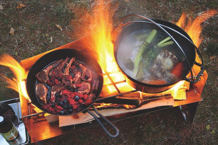 薪グリルラージで料理を作る様子