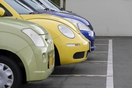 駐車場に駐車されている車