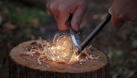 ファットウッドを削り細かい木屑を作る様子