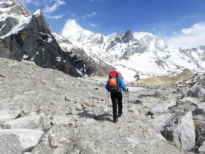 モンテインのジャケット着て山を登る男性