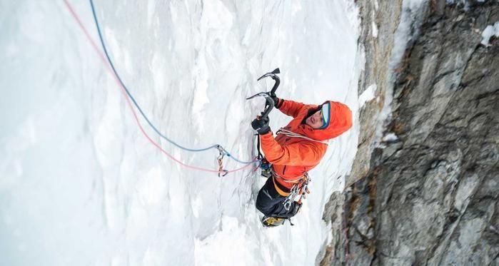 モンテインのジャケット着て雪山を登る男性