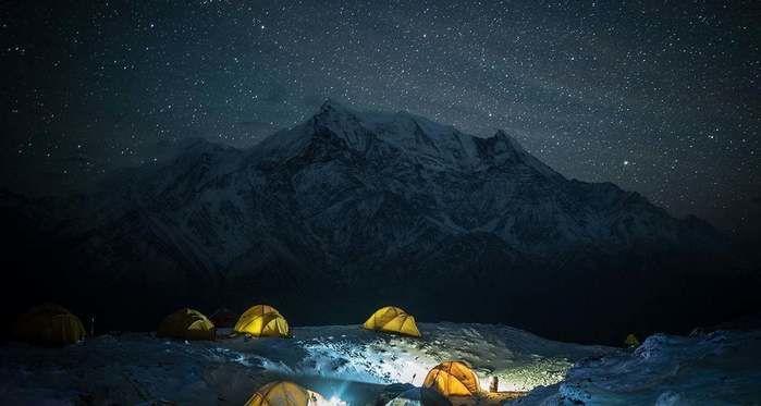 夜の雪山のキャンプ
