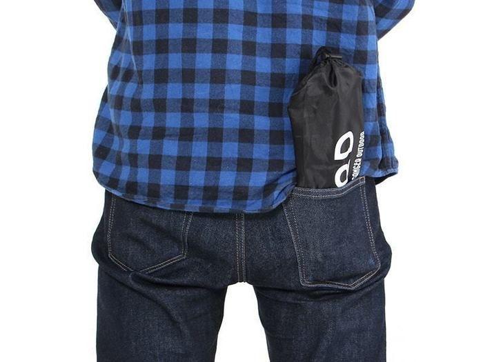 ドッペルギャンガーアウトドアの秘密のグリルちゃんを折りたたみジーンズの後ろポケットに入れた様子