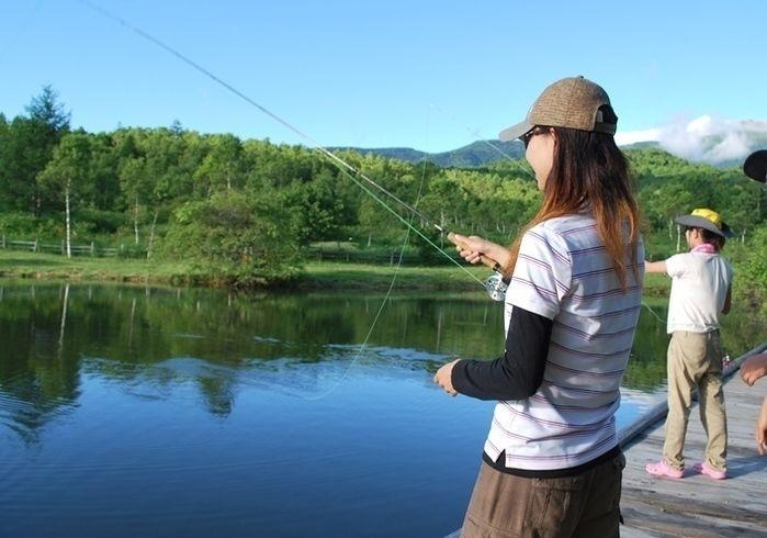無印良品南乗鞍キャンプ場で釣りをする女性