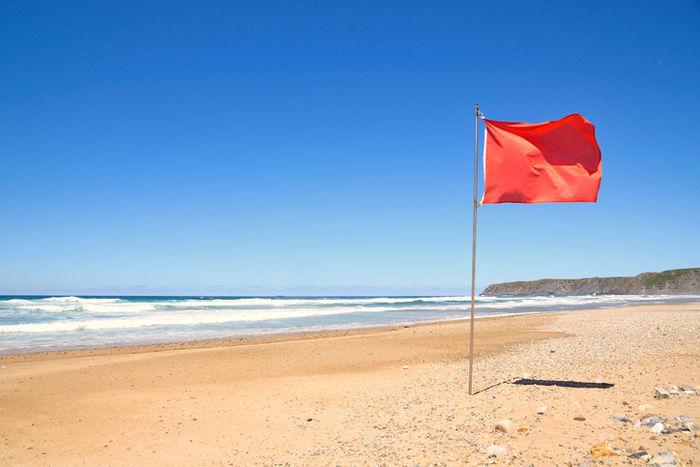 砂浜に立つ一本の旗