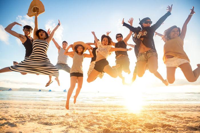 砂浜で飛び跳ねる男女