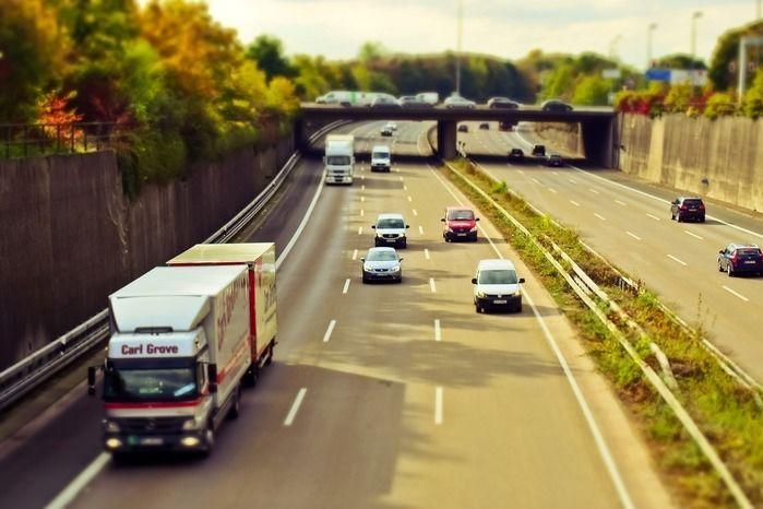 高速道路を走るたくさんの車