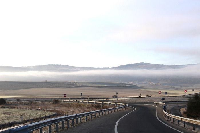 道路の先に見える霧がかった山