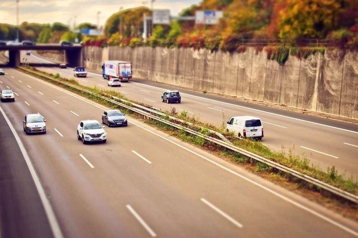 高速道路のレーンを走る車
