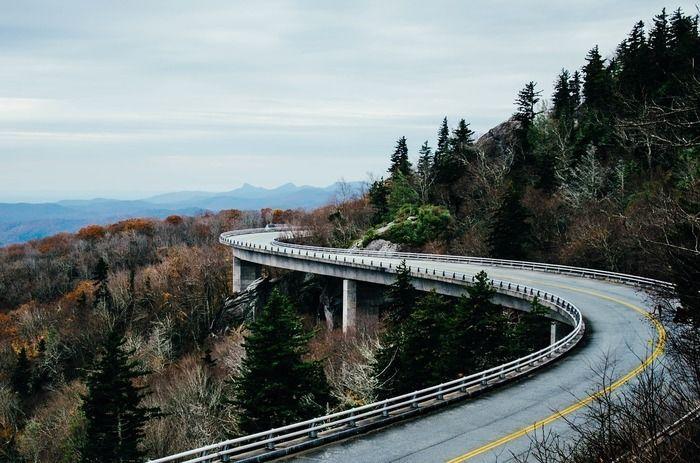 山に沿って走る道路