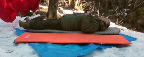 サーマレストのスリーピングパッドに寝転ぶ人