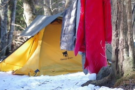 雪山でキャンプする様子