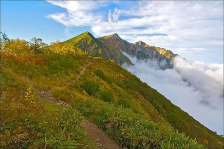 雲がかかる乗鞍岳の山頂付近