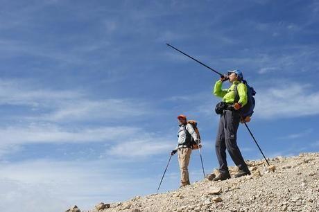 登山風景を楽しむ人