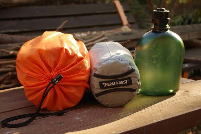 ベンチに置かれたサーマレストの商品
