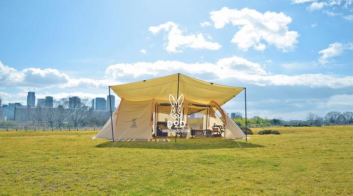 ドッペルギャンガーアウトドアのテントと芝と青空