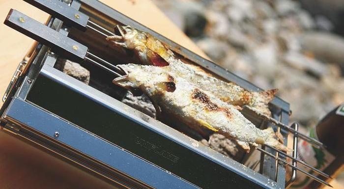 ユニフレームのユニセラTG-IIIで鮎の丸焼きを焼く様子