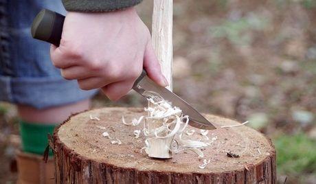 ナイフで木を剝ぐ様子