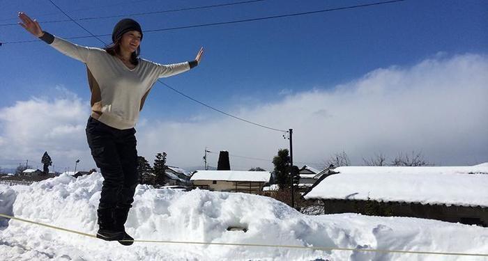 雪の浄光寺スラックラインパークでスラックラインをする女性