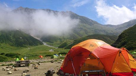 山のふもとに張られたマーモットのテント