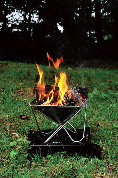 燃え盛る焚き火がのった焚き火台
