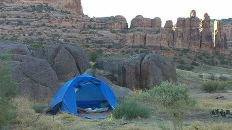 自然の中にはられたテント