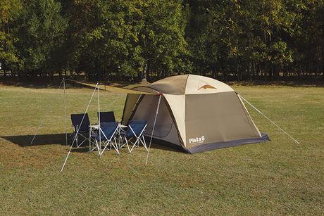 ドーム型テントとテントの前室に置かれたテーブルとチェア