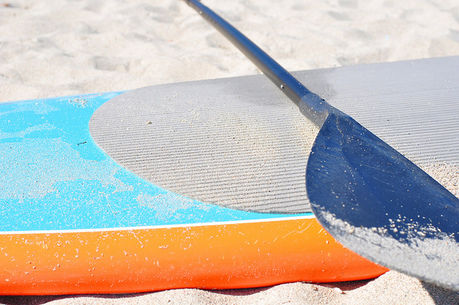 砂浜に置かれたサーフボード