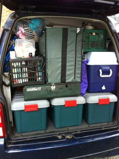 トランクに積まれたキャンプギア
