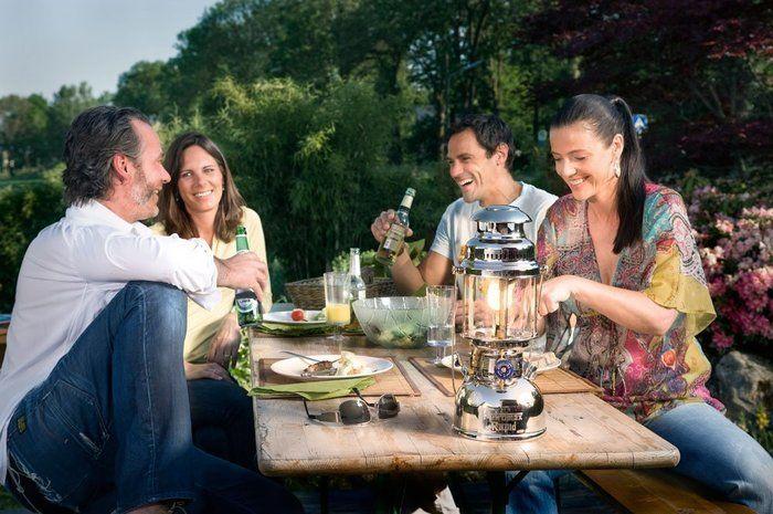 ランタンの灯火のもとで食事を楽しむ人々