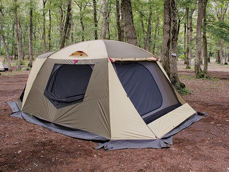 林間に設営されたドーム型テント