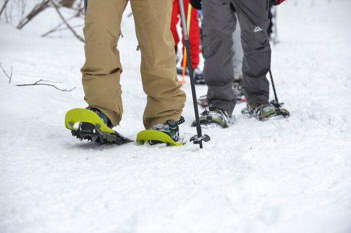 KEENのスノーシューズを履いて雪山を歩く人々の足元