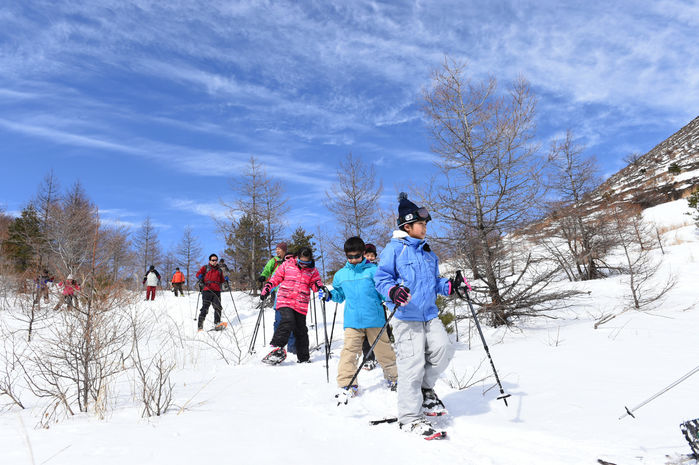 雪の中を歩く子供たち