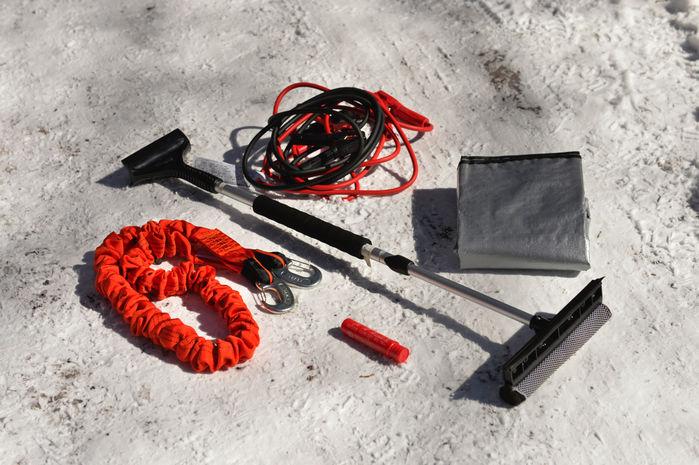 けん引ロープ、発煙筒、バッテリーケーブル、スクレーパーなど