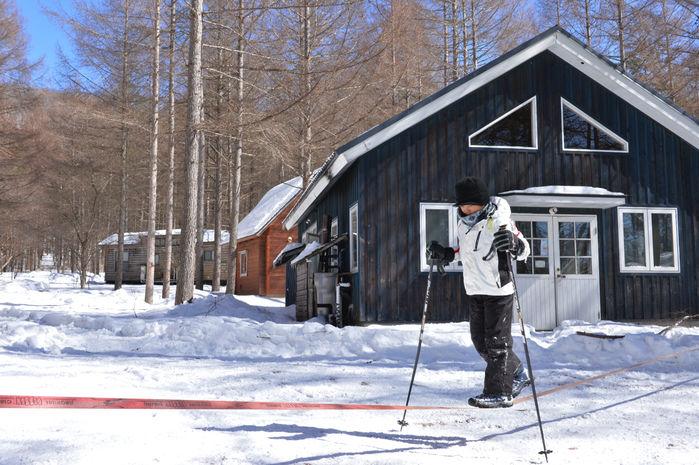 雪上スラックラインを楽しむ男の子