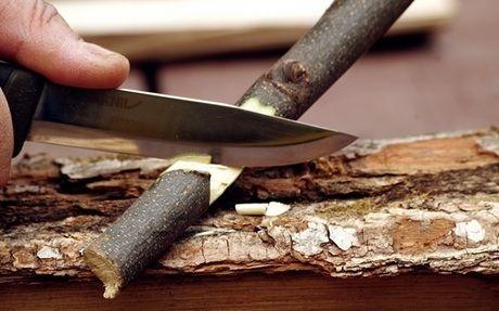 ブッシュクラフトナイフで枝を削り出す様子