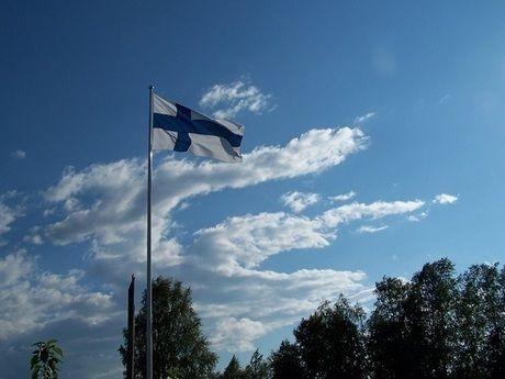 青空の下なびくフィンランドの国旗