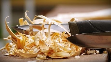 ブッシュクラフトナイフと削られた木屑