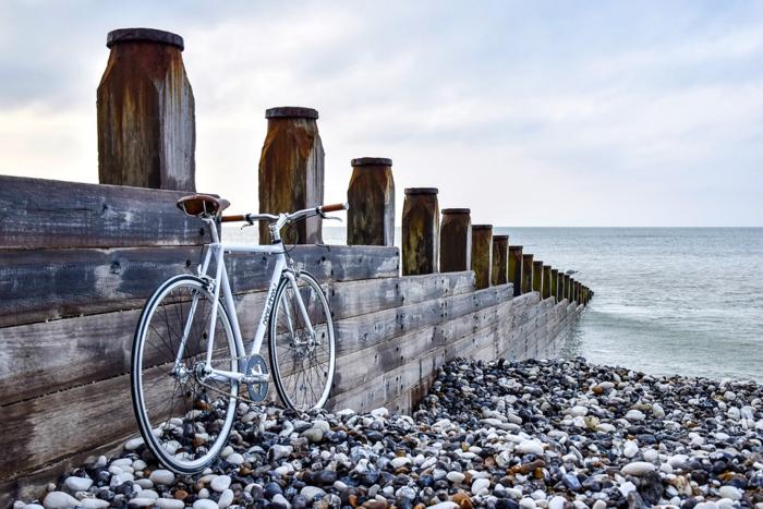 海沿いの壁に止められた自転車
