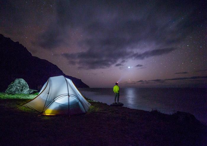 夜のキャンプサイトでも光る頭についたジェントス閃
