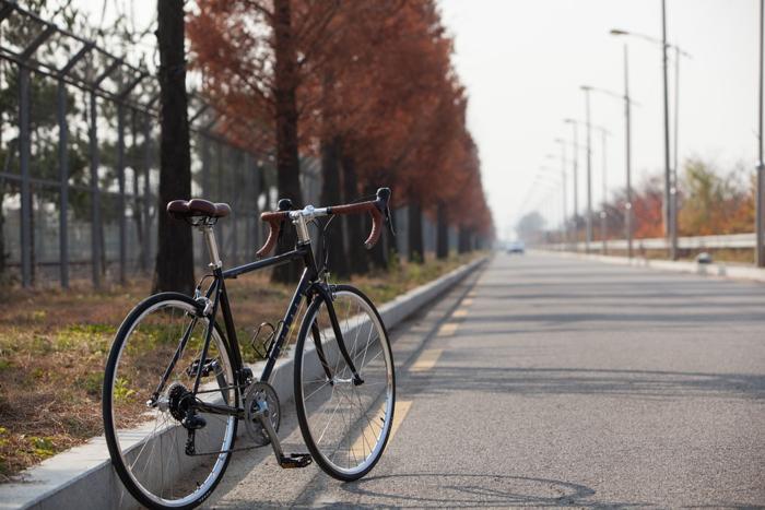 小型ライトが取り付けられた自転車
